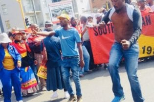 Several intersections in Pretoria CBD were closed off as a large crowd of protesting SA Municipal Workers Union marched to Tshwane House. The SAMWU memorandum was received by city manager Moeketsi Mosola. MEDIA: ANA Reporter