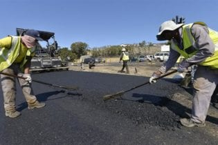 Placing asphalt layers on the newly constructed lanes along Kommetjie Road and Ou Kaapse Weg. Photo City of Cape Town